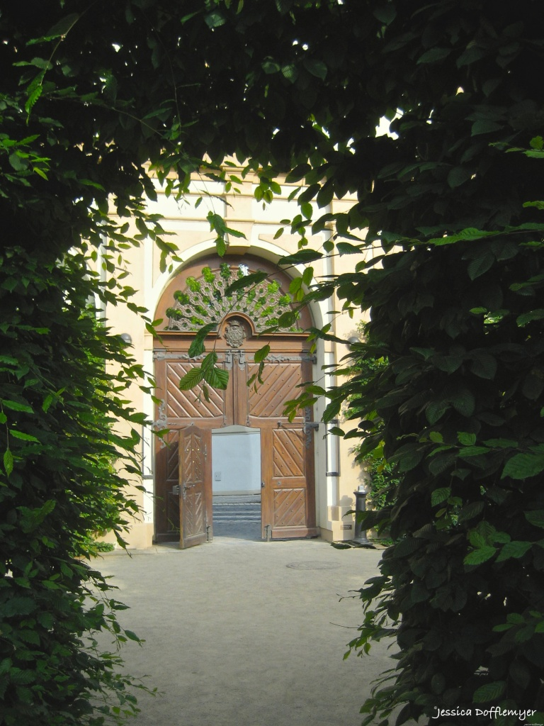 2015-08-06_door prague courtyard